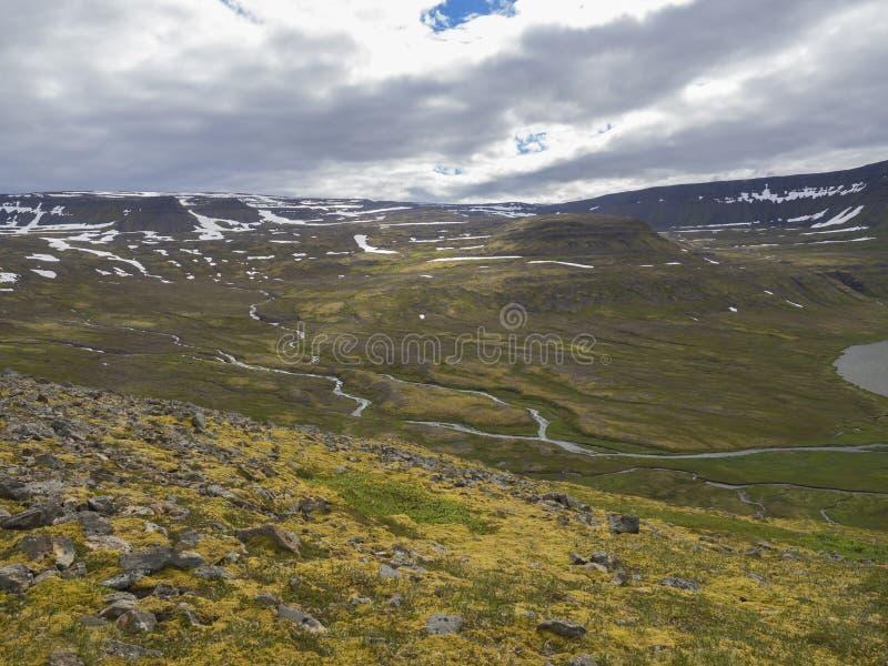 在adalvik的看法和latrar在西部海湾自然保护Hornstrandir在有湖和河小河的冰岛 免版税库存照片
