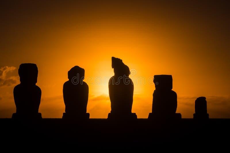 在Ahu Tahai在日落期间,复活节岛,智利, S的Moai 免版税库存照片