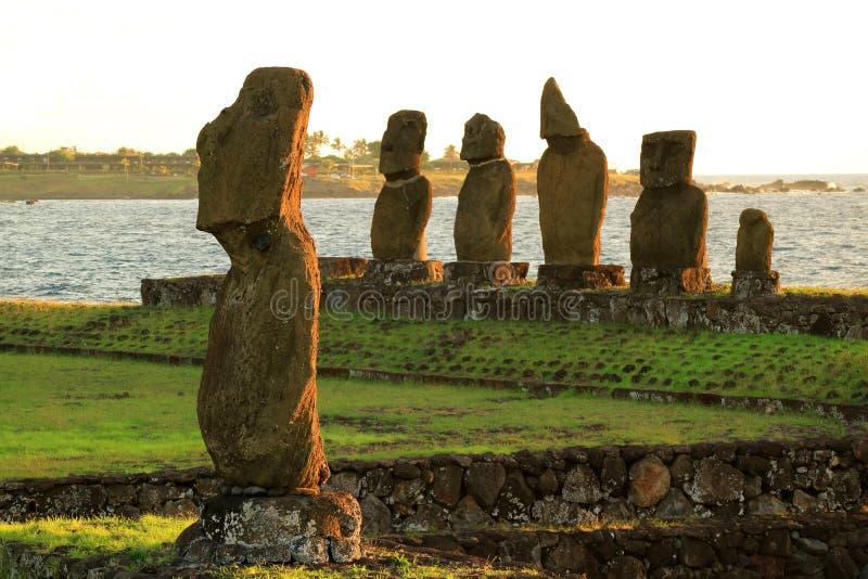 在Ahu Tahai,在智利的复活节岛的礼仪复合体的Moai雕象 免版税库存照片
