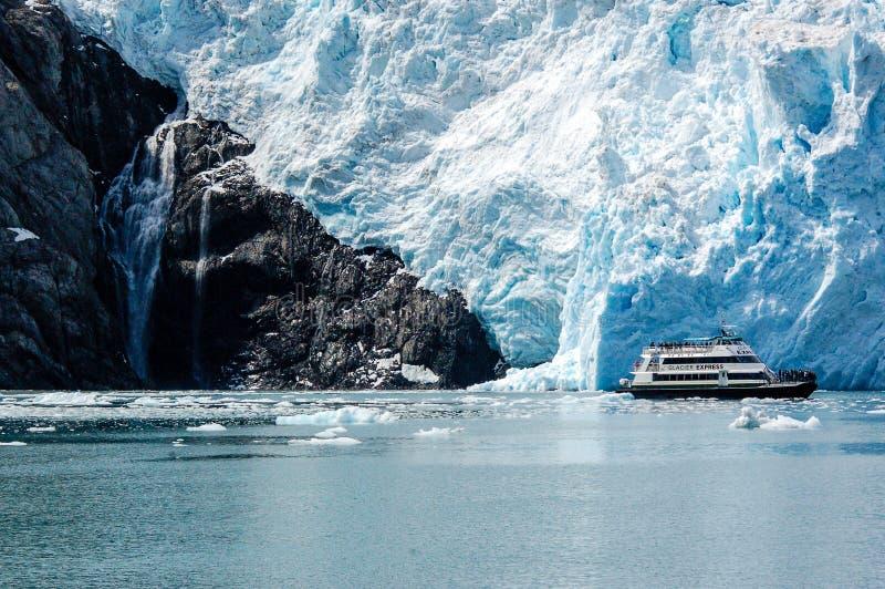 在Aialik海湾霍尔盖特冰川的巡航游览在阿拉斯加 库存照片