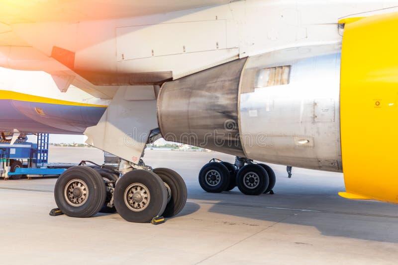 在airfiled的特写镜头大民航飞机引擎和起落架身分在飞机到来以后在明亮的好日子 库存图片