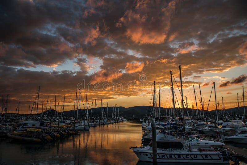 在Airlie海滩小游艇船坞的日落 免版税图库摄影