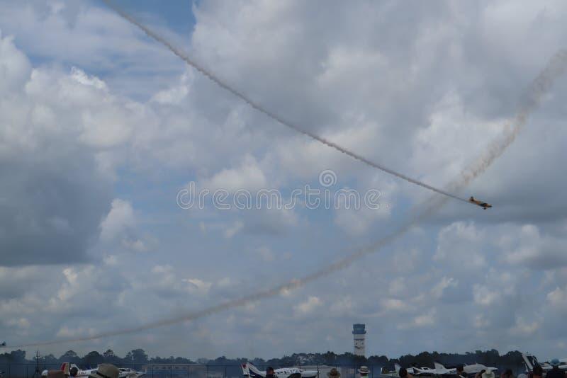 在airshow的飞机 特技队进行飞行飞行表演 太阳n乐趣Airshow 航空专科 ai的剪影 免版税库存照片
