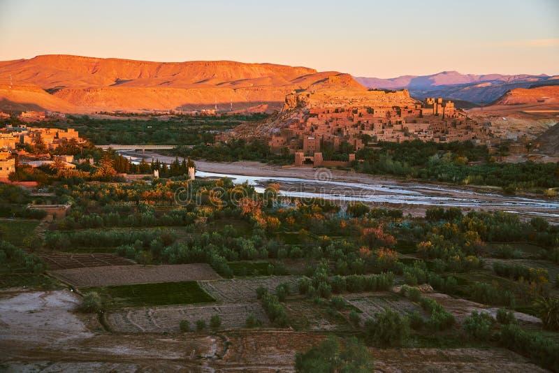 在Ait本Haddou古老历史的kasbah的第一早晨光在摩洛哥 库存照片