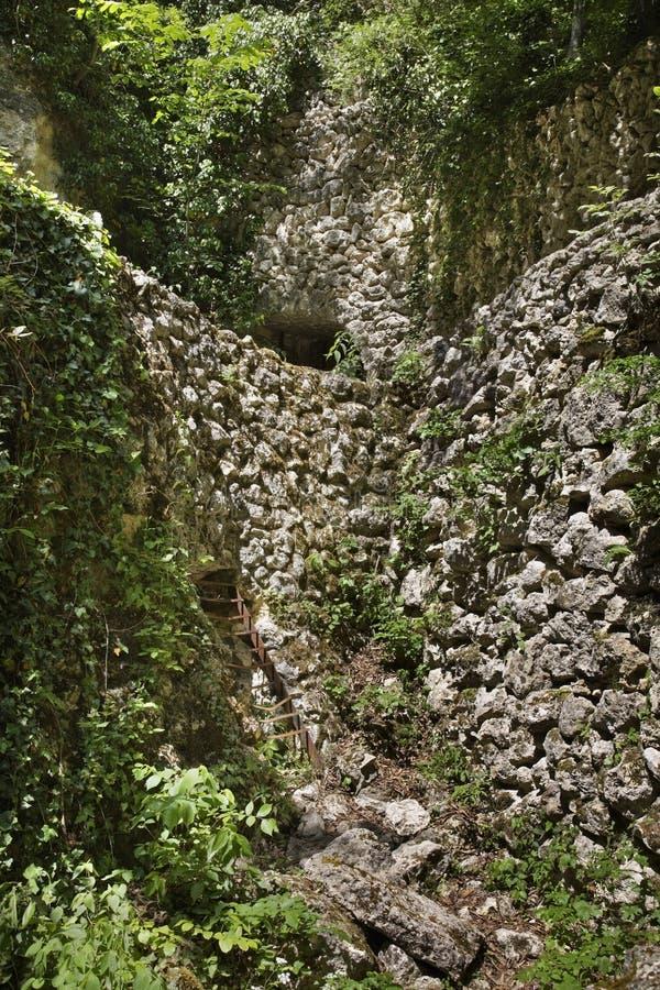 在Aladzha修道院附近的地下墓穴 建造者 库存图片