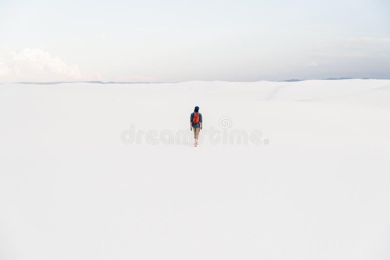 在Alamogordo,新墨西哥供以人员走在白色沙子国家历史文物 免版税库存照片