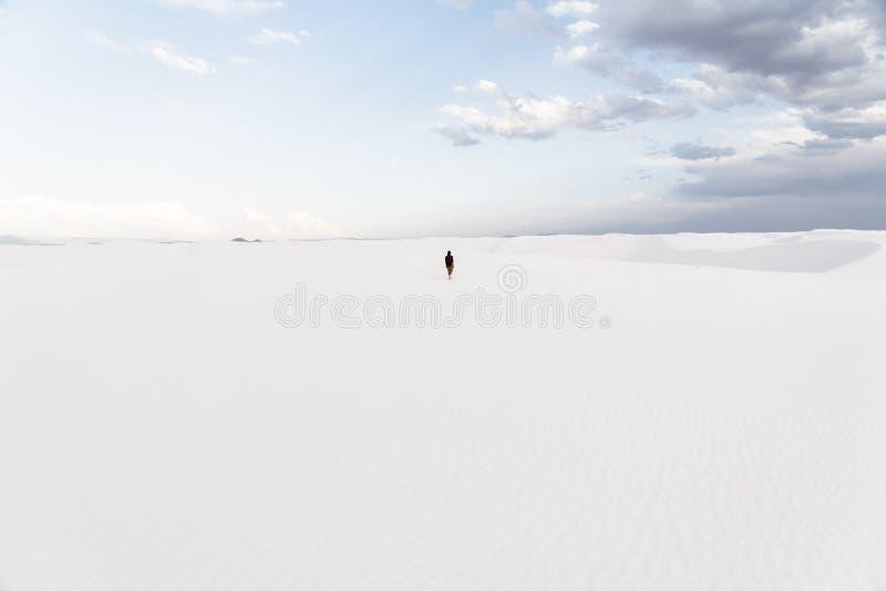 在Alamogordo,新墨西哥供以人员走在白色沙子国家历史文物 免版税库存图片