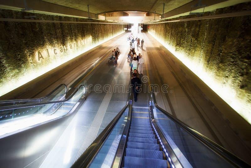 在Alcà ¡ zar Genil地铁站乐团,格拉纳达的自动扶梯 库存照片