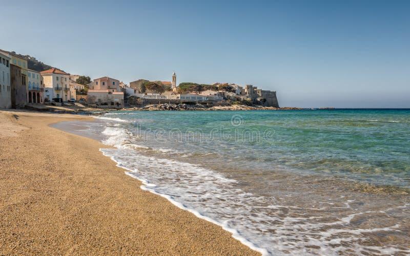 在Algajola的地中海和金黄海滩在可西嘉岛 库存图片