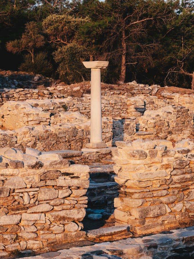 在Aliki大理石口岸的老希腊文明废墟在萨索斯岛中部海岛,希腊 免版税库存图片