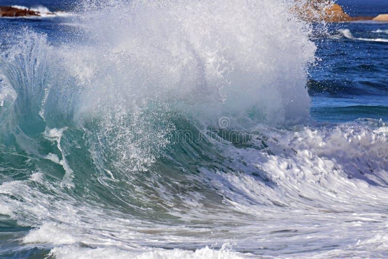 在Aliso海滩的高海浪在南拉古纳海滩,加利福尼亚 免版税库存图片