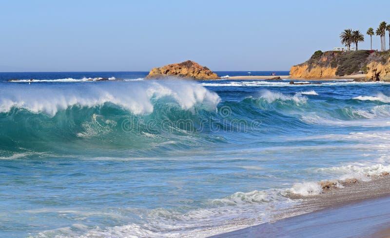 在Aliso海滩的高海浪在南拉古纳海滩,加利福尼亚 库存图片