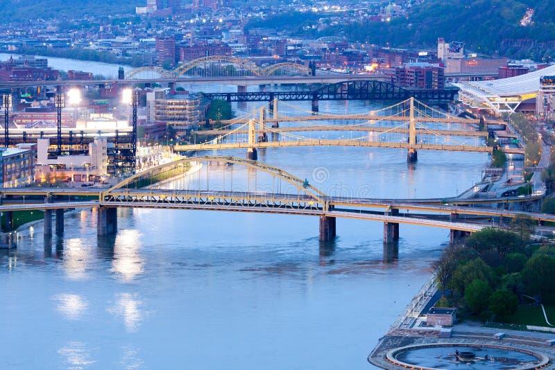 在Allegheny河的桥梁在匹兹堡 库存照片