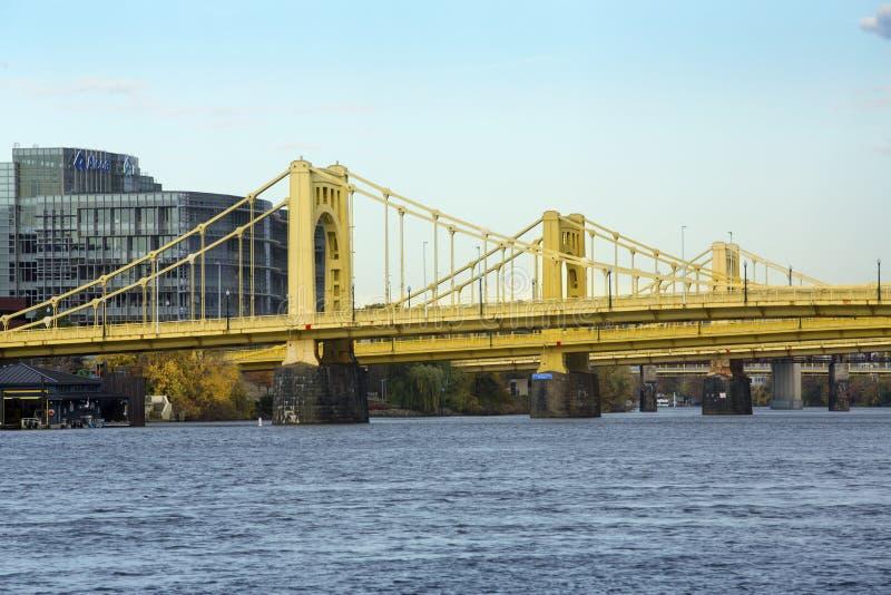 在Allegheny河的黄色桥梁在匹兹堡,宾夕法尼亚 库存图片