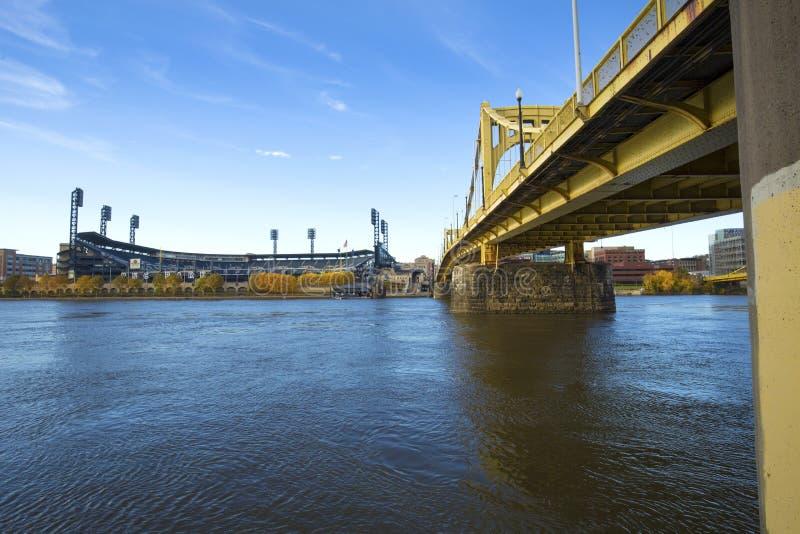 在Allegheny河的黄色桥梁在匹兹堡,宾夕法尼亚 免版税库存照片