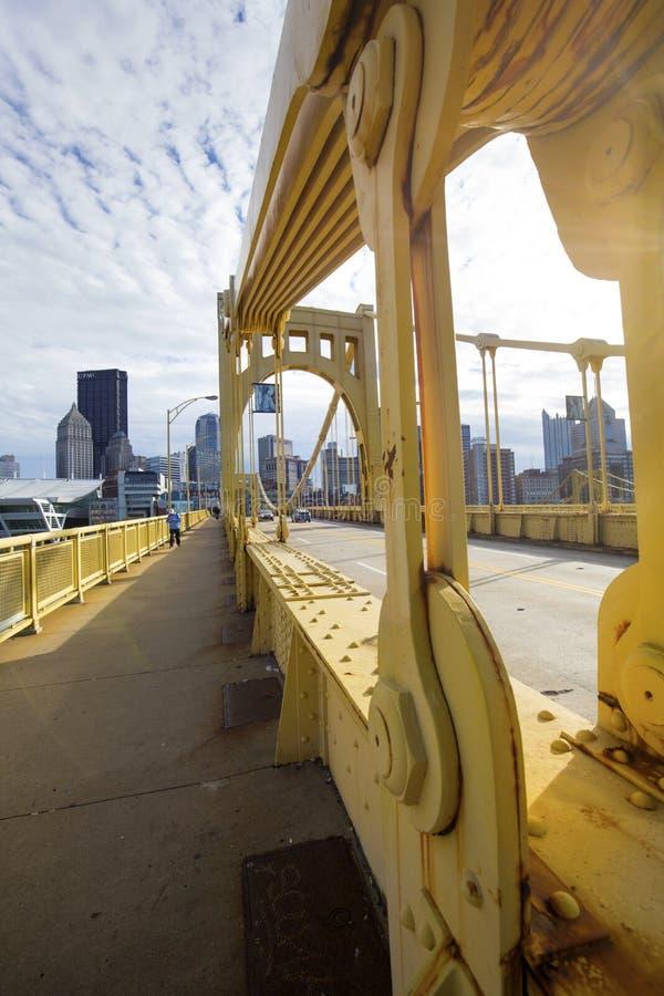 在Allegheny河的黄色桥梁在匹兹堡,宾夕法尼亚 免版税图库摄影
