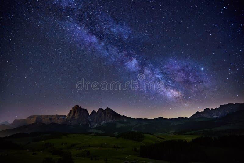 在Alpe在白云岩的di Siusi,意大利的银河 库存照片