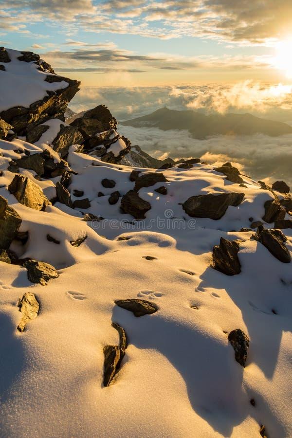 在alpin山的日落在艾吉耶山de Bionnassay峰顶,勃朗峰断层块,法国附近 免版税库存照片