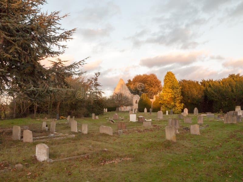 在alresford日落砖ston之外的老被破坏的被放弃的教会 库存照片