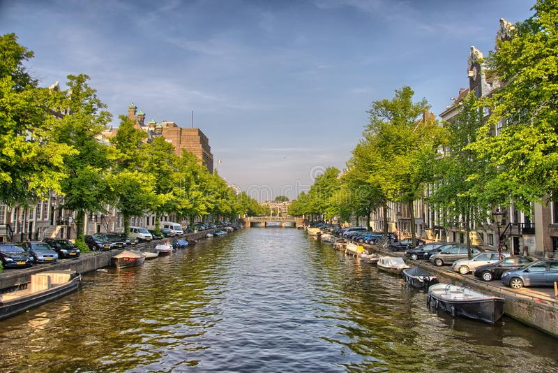 在Amstel河的小船在阿姆斯特丹在荷兰,荷兰, HDR 库存图片