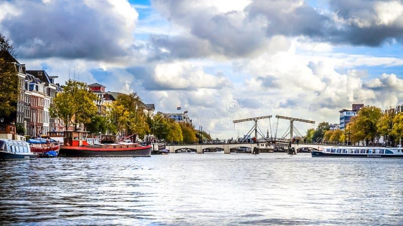 在Amstel河的Magerebrug皮包骨头的桥梁在阿姆斯特丹的历史的中心 免版税库存照片