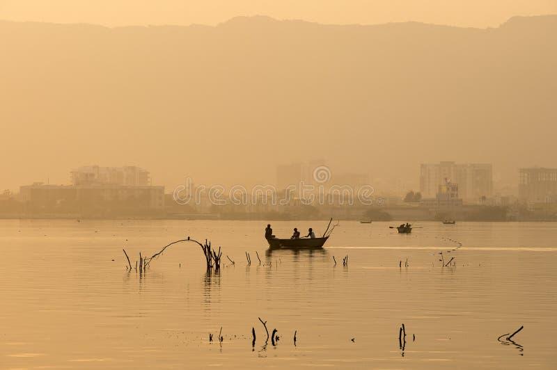 在Ana Sagar湖的金黄日落在阿杰梅尔,印度 免版税库存图片