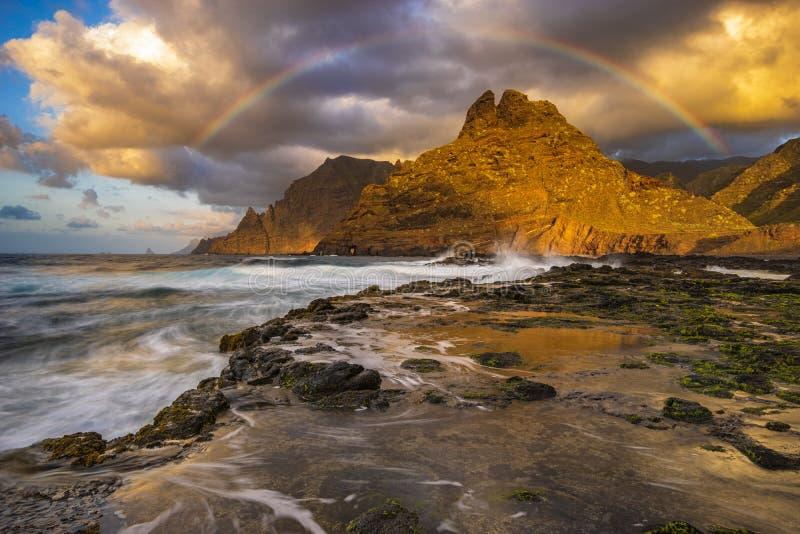 在Anaga山的彩虹在Tenerif海洋海岸  库存图片