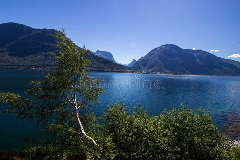 在Andalsnes附近的Romsdalsfjorden在南挪威 免版税库存照片