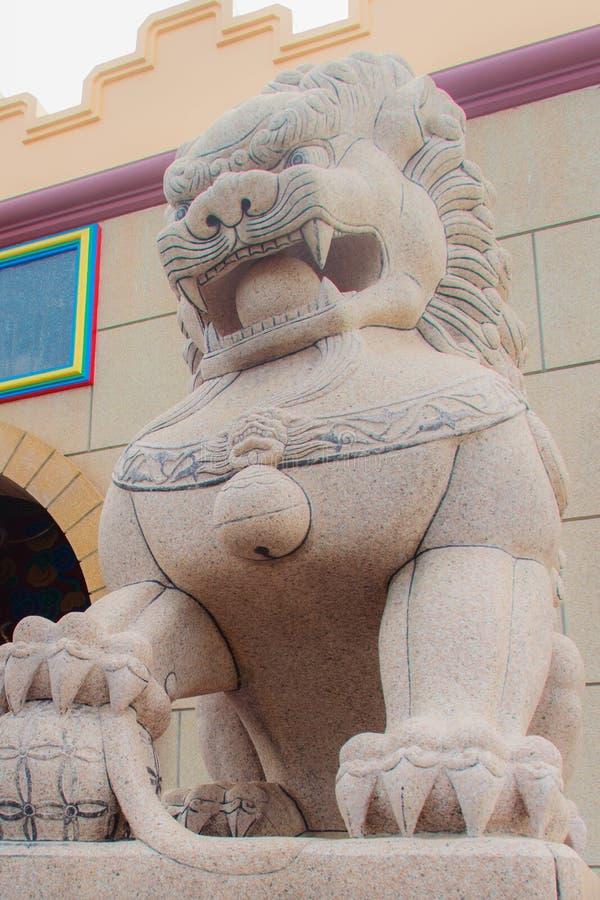 在Anek Kusala Sala Viharn Sien,泰中寺庙入口门的石狮子监护人雕象在芭达亚,泰国 它wa 库存图片