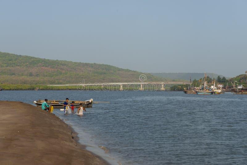 在Anjarle海滩的捕鱼活动在ratnagiri区,马哈拉施特拉,印度 免版税库存照片