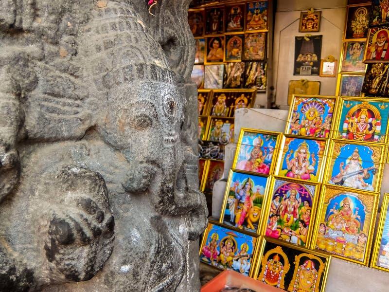 在Annamalaiyar寺庙的纪念品店在Tiruvannamalai,印度 库存照片