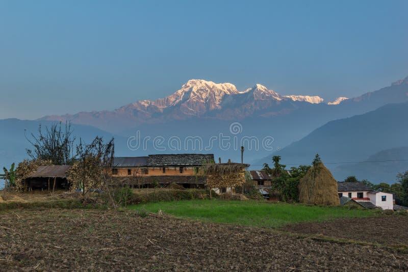 在annapurna范围(喜马拉雅山)的日出从一个小村庄尼泊尔-亚洲 免版税图库摄影