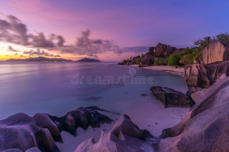 在Anse来源d `银海滩,拉迪格岛海岛,塞舌尔群岛的剧烈的日落 库存照片