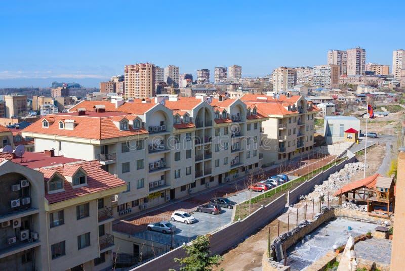 在Antarain街道,耶烈万,亚美尼亚的现代Luxary住宅复杂小瀑布小山 库存图片