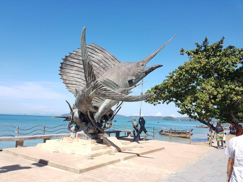 在Ao Nang海滩, Krabi,泰国的剑鱼雕象 免版税库存图片