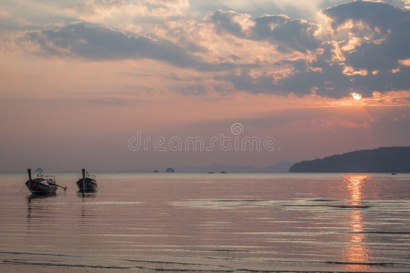 在Ao Nang, Noppharat Thara海滩的日落 免版税库存照片