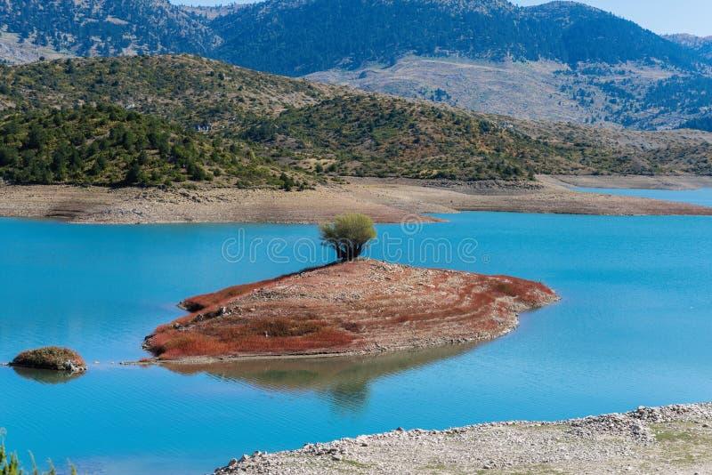 在Aoos中间的小海岛在伊庇鲁斯同盟反弹Metsovo的湖 北希腊 免版税图库摄影