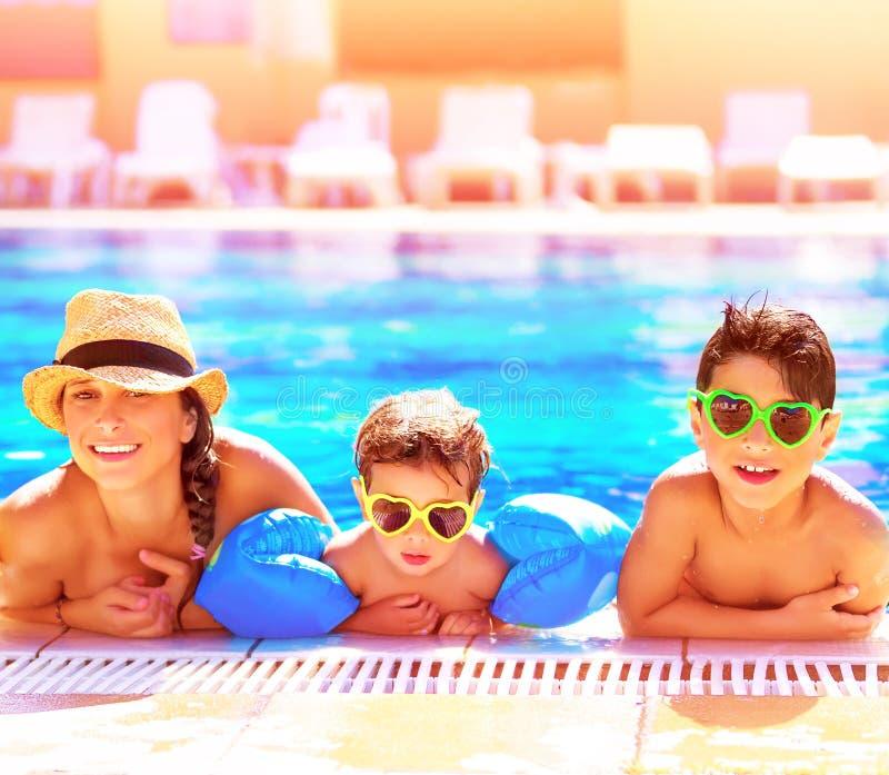 在aquapark的愉快的家庭 免版税库存照片