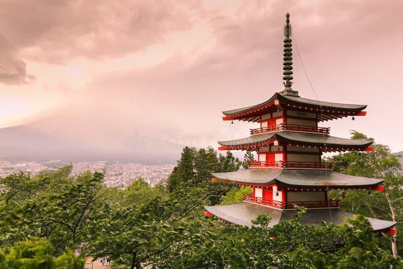 在Arakurayama Sengen公园的阴天有Chureito塔的 图库摄影