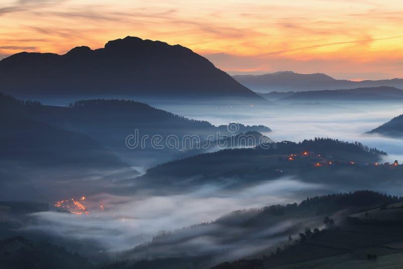 在Aramaio谷的惊人的有薄雾的日出 免版税图库摄影
