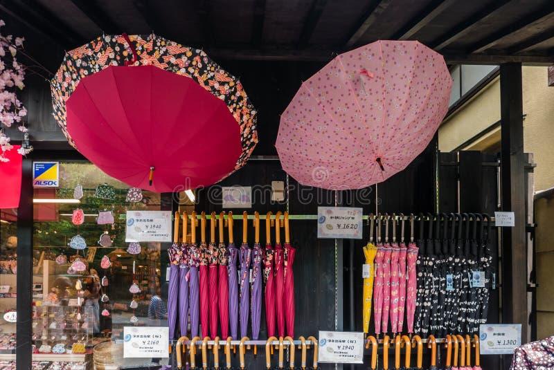 在Arashiyama附近竹森林的伞商店  库存照片