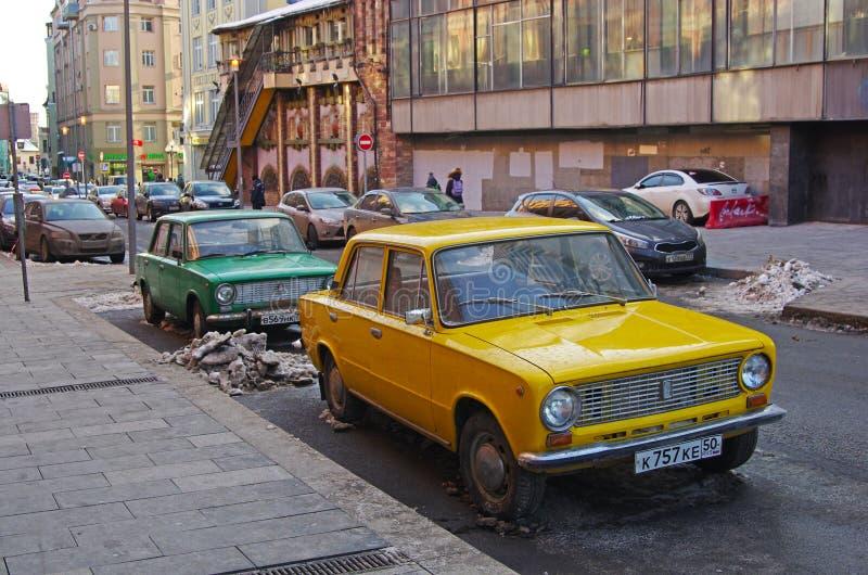 在Arbat的绿色和黄色苏联汽车华斯迪2101 Zhiguli身分在莫斯科 免版税库存照片