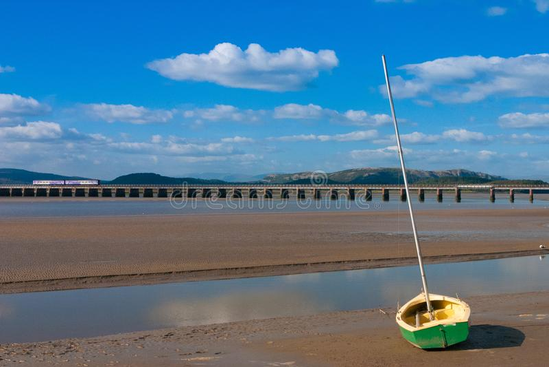 在Arnside海湾,大英国的铁路桥 免版税库存图片