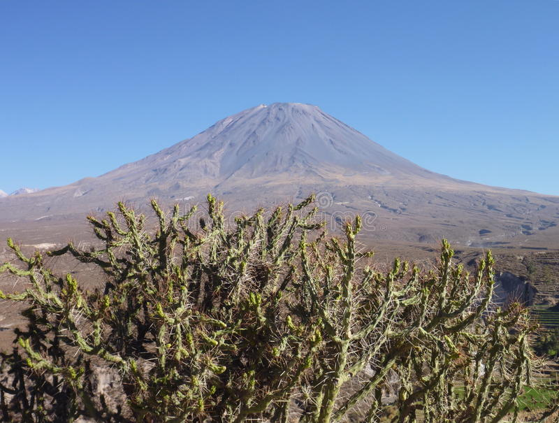 在arwquipa上的火山埃尔米斯蒂火山 免版税库存照片