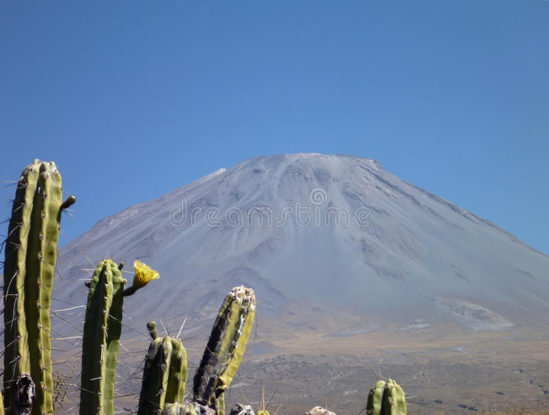 在arwquipa上的火山埃尔米斯蒂火山 库存照片