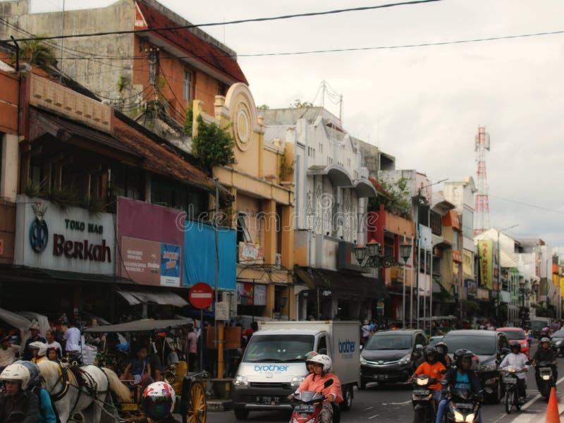 在ashar祷告以后的拥挤malioboro街道 免版税库存图片