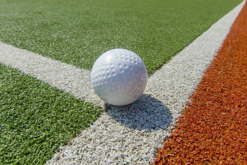 在astro草皮的白色笑涡曲棍球球 免版税库存照片
