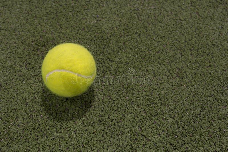 在astroturf法院的桨球 库存图片