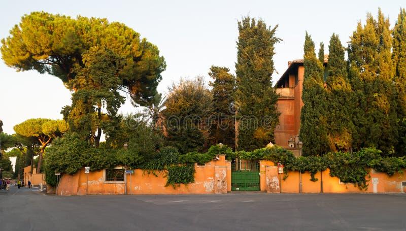 在Aventine小山的美丽如画的街道在罗马 免版税库存照片