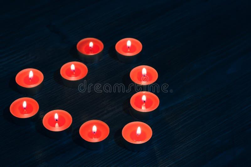 在averhead关闭上的上面美好的逗人喜爱的好的迷人的wonderfuk蜡烛照片在心脏形状的  在红色hea形状的蜡烛  库存图片